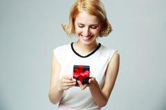 Vrouw die een open doos van de juwelengift houden Stock Foto's