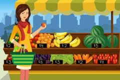 Vrouw die in een openluchtlandbouwersmarkt winkelen vector illustratie