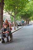 Vrouw die een oude man in een rolstoel in de straat van Shangh duwen Royalty-vrije Stock Fotografie