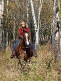 Vrouw die een paard berijdt Royalty-vrije Stock Foto's