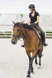 Vrouw die een Paard in Jumper Ring berijden Stock Foto's