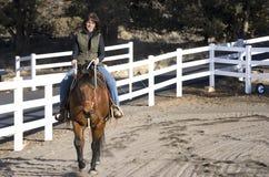 Vrouw die een Paard van de Baai berijdt Royalty-vrije Stock Fotografie