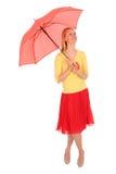 Vrouw die een paraplu houdt stock foto's