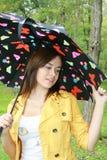 Vrouw die een paraplu houdt Stock Fotografie