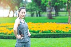 Vrouw die in een park uitoefenen Royalty-vrije Stock Afbeelding