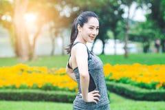 Vrouw die in een park uitoefenen Royalty-vrije Stock Foto's