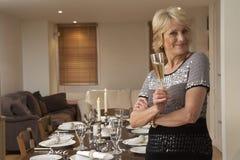 Vrouw die een Partij van het Diner werpt royalty-vrije stock fotografie