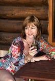 Vrouw die een partner drinkt stock afbeeldingen