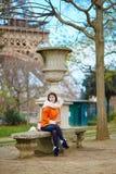 Vrouw die een picknick hebben dichtbij de toren van Eiffel Royalty-vrije Stock Foto's