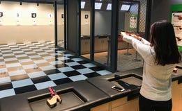 Vrouw die een pistool voor sportengebruik in brand steken Royalty-vrije Stock Fotografie