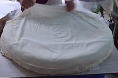 Vrouw die een pitabroodje in bazaarantalya Turkije inpakken stock afbeelding