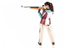 Vrouw die een pneumatisch luchtgeweer streeft stock foto's