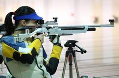 Vrouw die een pneumatisch luchtgeweer streeft royalty-vrije stock foto's