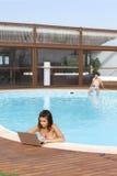Vrouw die in een pool werken Stock Foto's