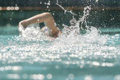 Vrouw die in een pool zwemmen Stock Afbeelding