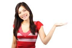 Vrouw die een product voorstelt Stock Afbeeldingen
