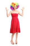 Vrouw die een pruik dragen en met handen gesturing Royalty-vrije Stock Foto