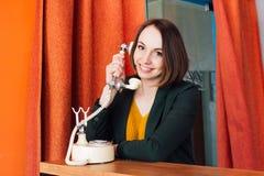 Vrouw die een retro telefoon uitnodigen Stock Afbeeldingen