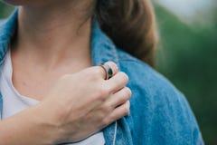 Vrouw die een ring dragen royalty-vrije stock foto's