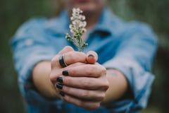 Vrouw die een ring dragen stock foto