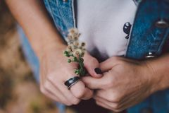 Vrouw die een ring dragen stock foto's