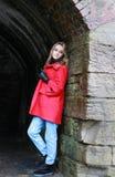 Vrouw die een rode laag dragen Royalty-vrije Stock Foto