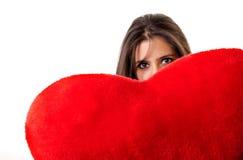 Vrouw die een rood hart met sexy uitdrukking houdt Royalty-vrije Stock Foto's
