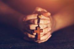 Vrouw die een rozentuin en het bidden houden royalty-vrije stock foto's