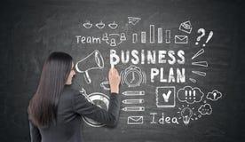 Vrouw die een schets van het businessplan trekken royalty-vrije stock foto's
