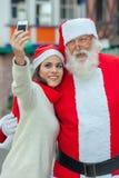 Vrouw die een selfie met santa nemen Stock Afbeelding