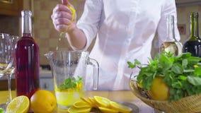 Vrouw die een sinaasappel voor een cocktail langzame motie drukken stock footage