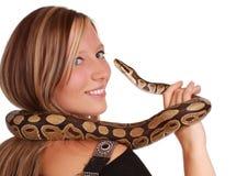 Vrouw die een slang houdt Stock Afbeeldingen