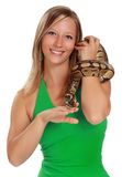 Vrouw die een slang houdt Royalty-vrije Stock Foto's