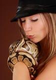 Vrouw die een slang houdt Royalty-vrije Stock Afbeelding