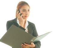 Vrouw die een slimme telefoon met behulp van Stock Foto