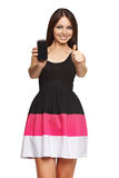 Vrouw die een slimme telefoon tonen stock afbeelding