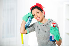 Vrouw die een spons en een spuitbus voor het schoonmaken houden Stock Foto