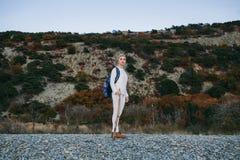 Vrouw die een stok in handen houden openlucht royalty-vrije stock afbeelding
