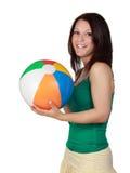 Vrouw die een strandbal houdt stock foto's
