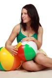 Vrouw die een strandbal houdt royalty-vrije stock afbeeldingen