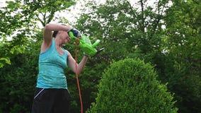 Vrouw die een struik en het tuinieren triming stock videobeelden