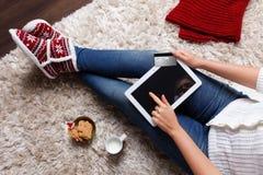 Vrouw die een tablet en een creditcard houden royalty-vrije stock afbeelding