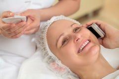 Vrouw die een telefoonbespreking hebben in beauty spa Stock Afbeelding