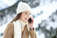 Vrouw die een telefoongesprek in de wintervakantie hebben stock fotografie