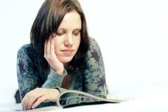 Vrouw die een tijdschrift leest Royalty-vrije Stock Afbeelding