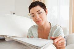Vrouw die een tijdschrift leest Royalty-vrije Stock Fotografie