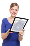 Vrouw die een touchpadPC houdt die een e-Boek toont Stock Foto's