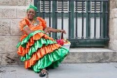 Vrouw die een traditionele kleding in Oud Havana dragen Royalty-vrije Stock Fotografie