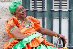 Vrouw die een traditionele kleding in Oud Havana dragen Royalty-vrije Stock Foto's