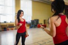 Vrouw die een training met domoren doen bij de gymnastiek Royalty-vrije Stock Foto's